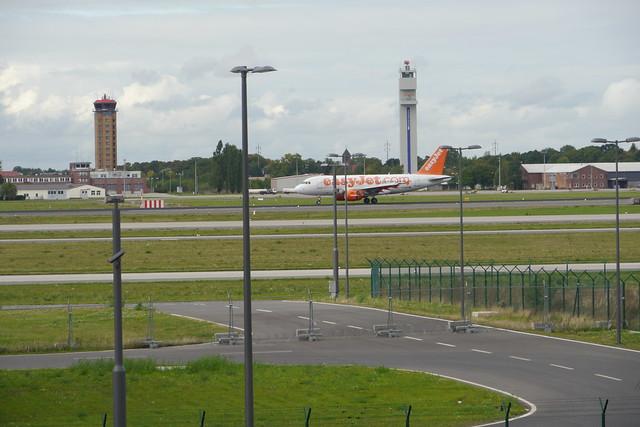 Ein EasyJet landet am Flughafen Schönefeld