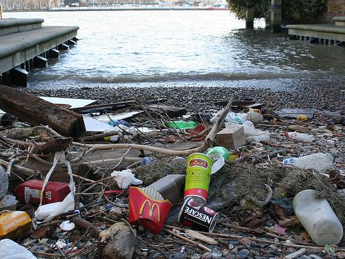 泰晤士河底撈上來的塑膠垃圾。(圖:Jon's pics)
