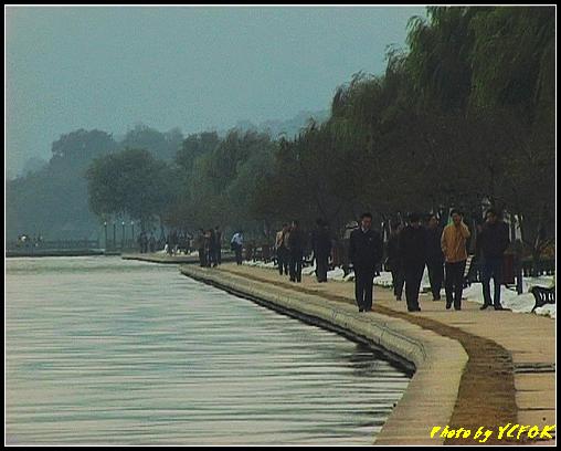 杭州 西湖 (其他景點) - 131 (從白堤的斷橋旁看白堤)