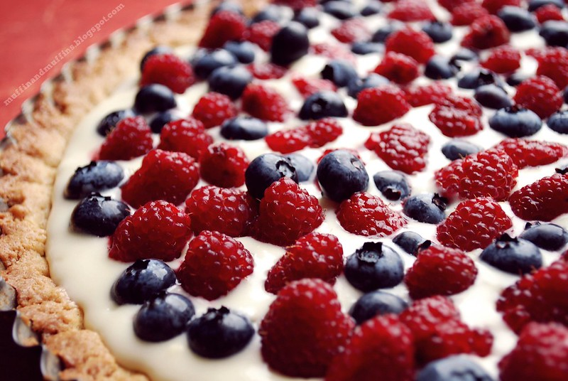 Hazelut tart with berries