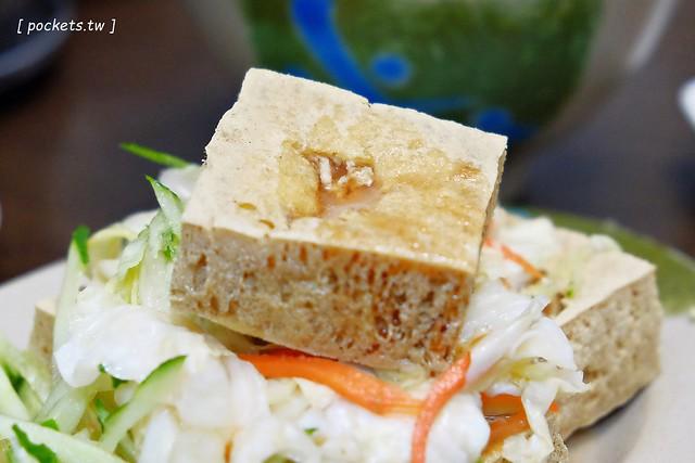20126420599 e5843ec9af z - 北屯臭豆腐│二煱臭豆腐、蚵仔麵線。北屯人的隱藏版美食,豆腐又酥又臭又好吃