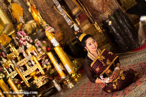 Chica con vestida tradicional en Luang Prabang