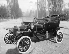 horse and buggy(0.0), automobile(1.0), wheel(1.0), vehicle(1.0), monochrome photography(1.0), antique car(1.0), vintage car(1.0), land vehicle(1.0), monochrome(1.0), black-and-white(1.0), ford model t(1.0),