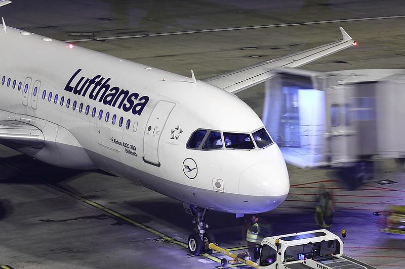 Lufthansa - A320 - D-AIQB (1)