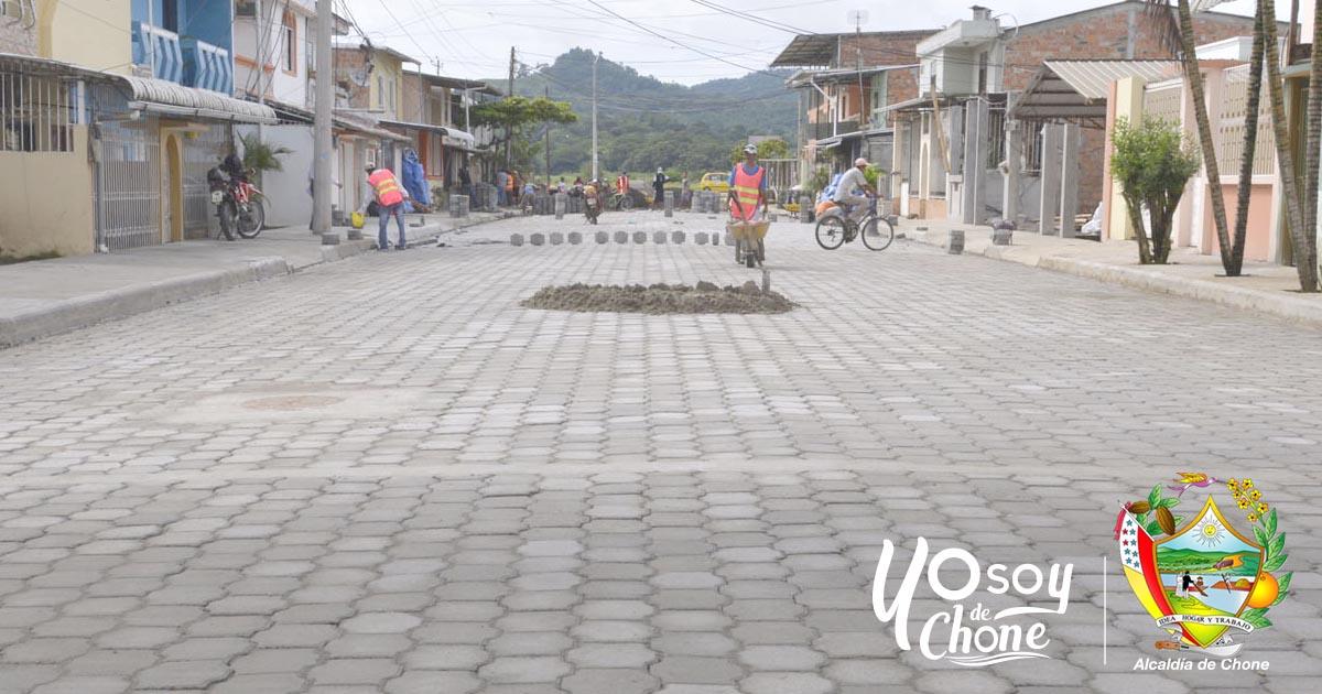 Continúan trabajos de adoquinado en varias calles de Chone