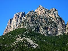 A une extrémité du sentier, la face Est du Capu d'Ortu