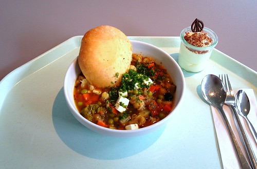 Griechischer Gemüsetopf mit Fladenbrot / Greek vegetable stew with pita