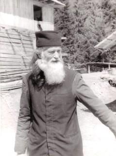 1992 Părintele Justin veghind construcţia arhondaricului