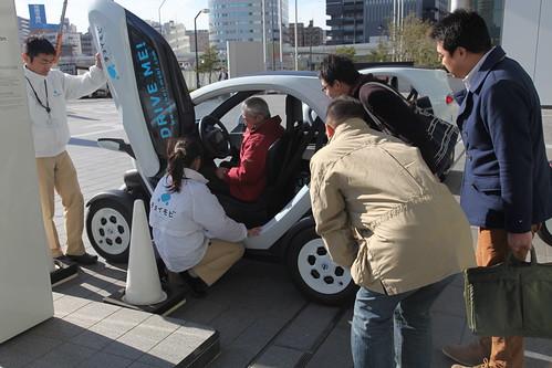 チョイモビ安全運転講習 実際の車両を使って操作方法などを説明中