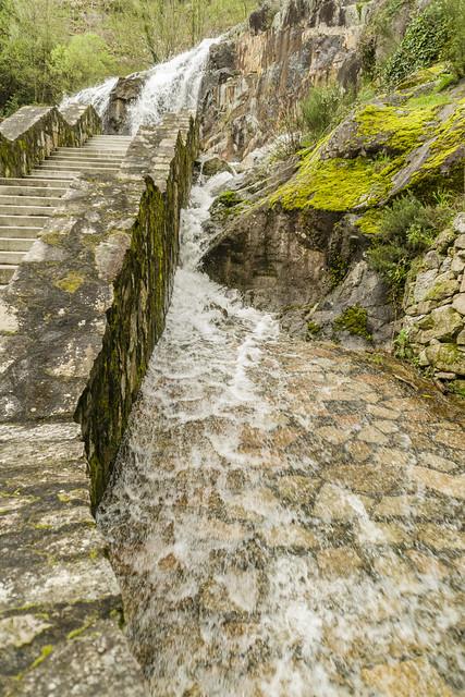 Río en cascada desembocando al Río Sil