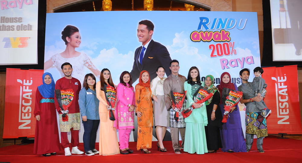 Rindu Awak 200% Raya Cast & NESCAFÉ® Representatives presenting Winners with NESCAFÉ® Blend & Brew™ bouquets on stage