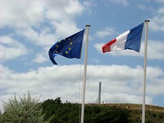 064 stukje brug met vlaggen