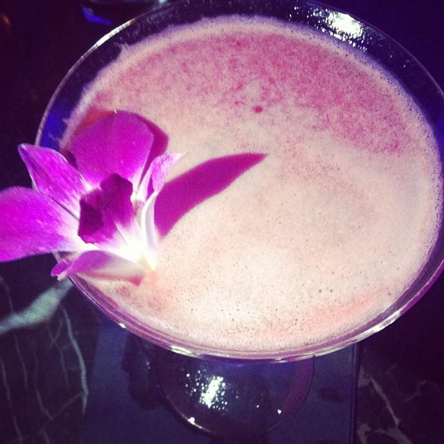 """""""À la rose"""" : vodka, purée de framboise, eau de rose, prosecco. #wunderbarmtl"""