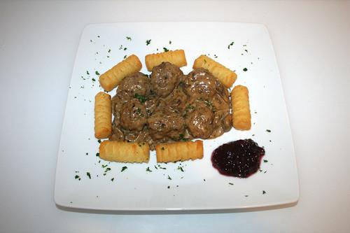 47 - Köttbullar - Schwedische Hackbällchen in Pilz-Sahnesauce - serviert / Swedish meatballs in mushroom cream sauce - Served