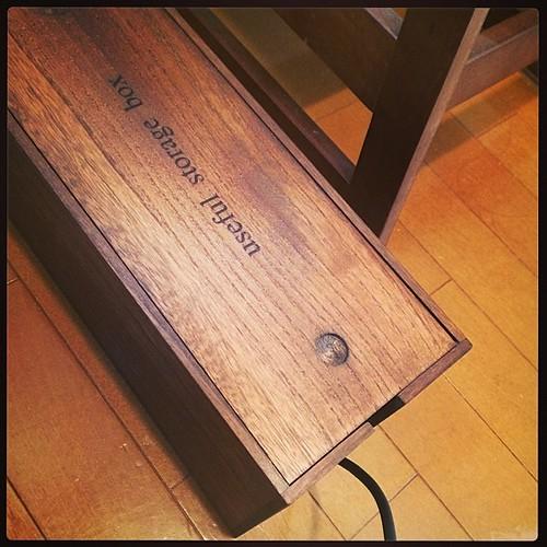 リビングノートPC用の木製ケーブルボックス。うるさくないのはいいんだけど、なんで余計なダサい焼印を入れちゃうかな? 便利な箱です!