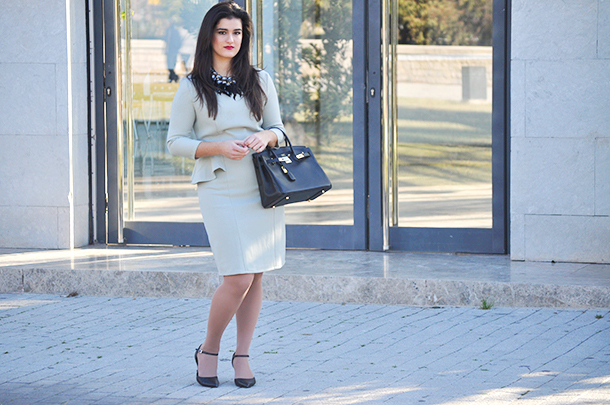 somethingfashion valencia spain fashionblogger, fit dress peplum green zalando formal event streetstyle ideas, what to wear classy fashion, feather statement necklace ideas italianfashion firenze influencer