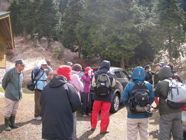 参加者がぞくぞく集合.やっぱり雲月山の観察会は人気度高し.