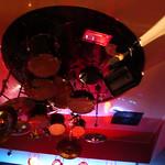 Schlagzeug von der Decke hängend