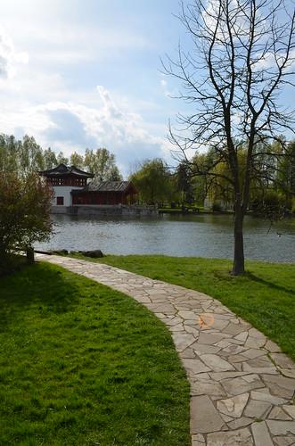 Berlin Cherry Blossom Festival Kirschbluetenfest Gaertens der Welt Erholungspark Marzahn_chinese garden walkway building and pond