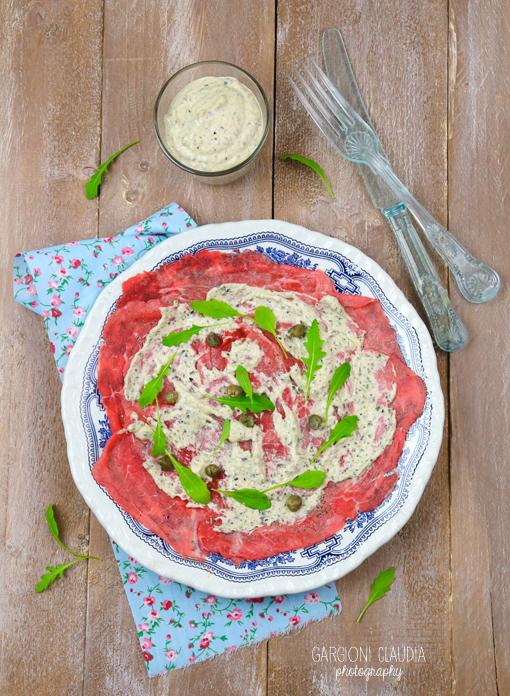 carpaccio di manzo con salsa di tonno e olive