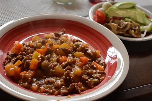 Guiso de carne, ensalada