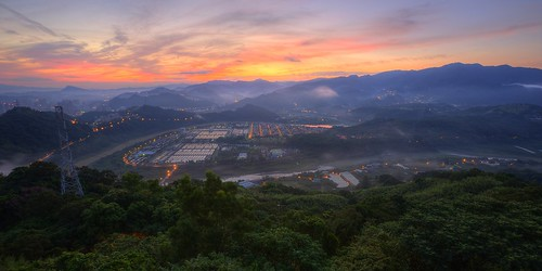 travel mountain color fog night clouds sunrise canon landscape photography dawn view earlymorning taiwan valley taipei nightscene rays temperature 台灣 台北 waterworks hdr pinkclouds xindian seaofclouds 雲海 晨曦 日出 vitality 新店 清晨 ankeng 雲霧 山景 山谷 濃霧 晨景 嵐 xindianriver 山色 霞光 advection rosyclouds 彩霞 安坑 塗潭 風景攝影 taiwanimage 台灣風景 東華聖宮 newtaipei 直潭淨水場 晨霞 谷景 平流霧 nightcoloredglaze toughguyridge