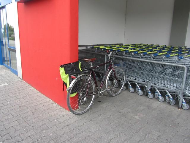 Kleiner Schildbürgerstreich auf einem Lidl-Parkplatz. Links sind eigentlich noch Buchten für 4 weitere Räder - Wird aber selbst für Kinderräder etwas knapp.