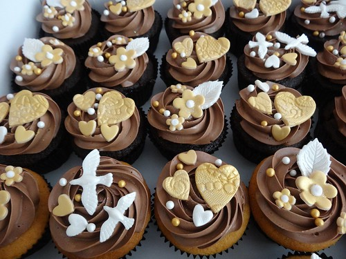 Romantic Chocolate Cupcakes by CAKE Amsterdam - Cakes by ZOBOT