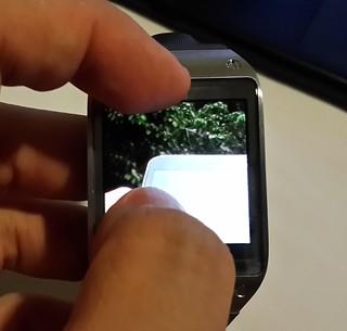หน้าจอของ Samsung Galaxy Gear รอรับ Multitouch ดังนั้น ทำ Pinch Zoom ได้