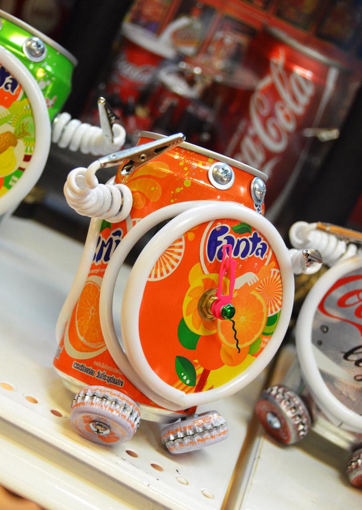 Muñequito de manualidades hecho con una lata de Fanta de Naranja