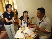 Ginny(中)試圖向嗜肉的蒙古人解釋為何米漢堡的肉量不多;道緣(左)暗自納悶:米漢堡在他們手中,真的變得好小一個哇!