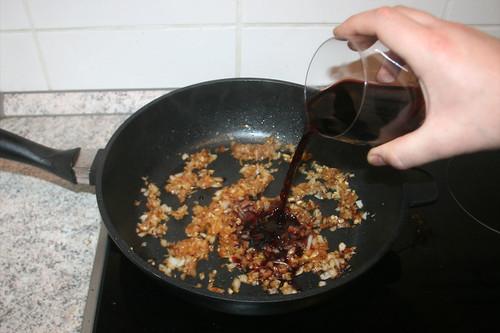 26 - Mit Rotwein ablöschen / Deglaze with red wine