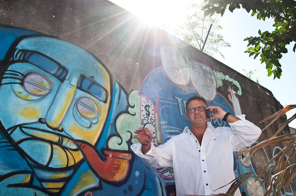El chef Rodolfo Angenscheidt conversa con la prensa radial mientras busca sombra, a pocas horas de comenzar el evento los medios de comunicación se pusieron en contacto con el protagonista cocinero para que pudiera dar el mensaje de alarma ambiental a los oyentes. (Elton Núñez)