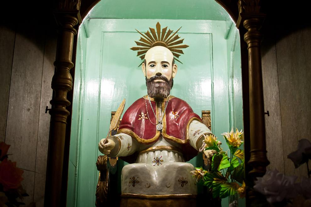 La estatua de San Atanasio se encuentra en el centro del altar de la iglesia de Isla Umbu, Departamento de Ñeembucú, San Atanasio sería patrón de Isla Umbu nombrado por el Mariscal Francisco Solano López en gratitud. (Elton Núñez)