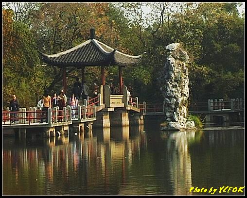 杭州 西湖 (其他景點) - 461 (西湖小瀛洲 上的亭台樓閣 用三種字體寫出 亭亭亭的亭與太湖石)