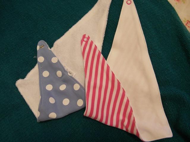 一樣是在 mothercare 買的三角圍兜,不過背後材質不一樣哩@mothercare敦南旗鑑店大採購