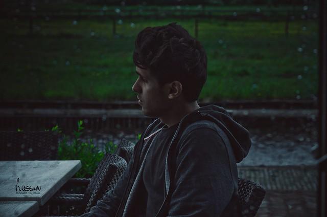 وينهش الملل وقتي وانا اقضيه وحيداً بلا صحبة تُذكر، انتظر وانتظر حيث لا احد غيري.