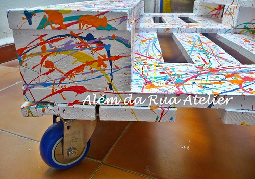 Mesa colorida, feita com pallet