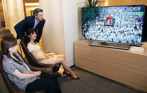 55형 올레드 TV를 보고있는 모습