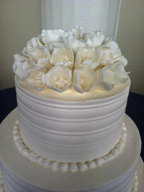 wc-white-flowers-wedding-cake