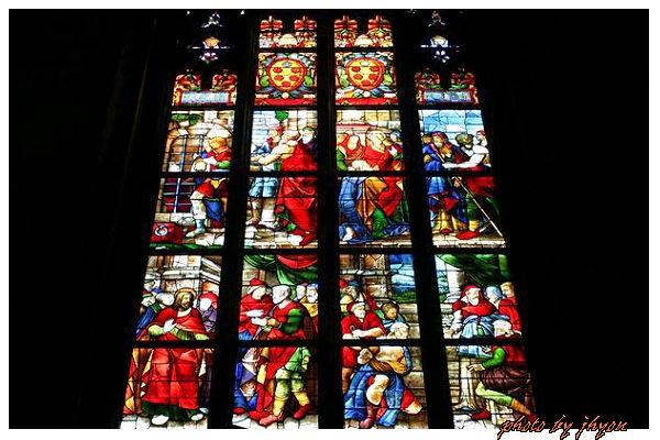 1108878330_教堂內部美麗的彩繪玻璃