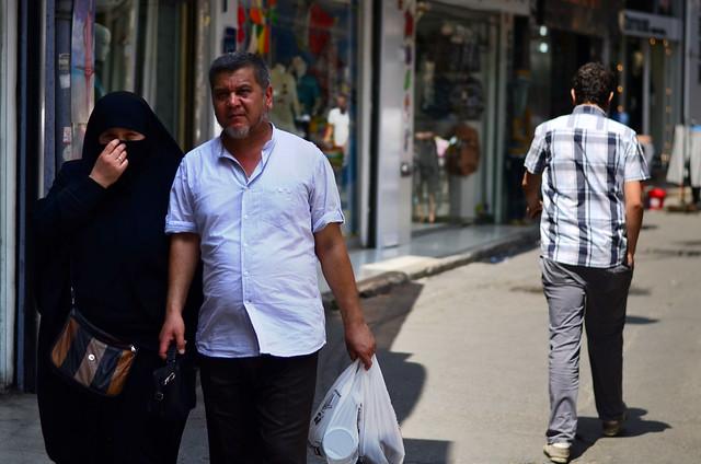 Gente paseando por Estambul