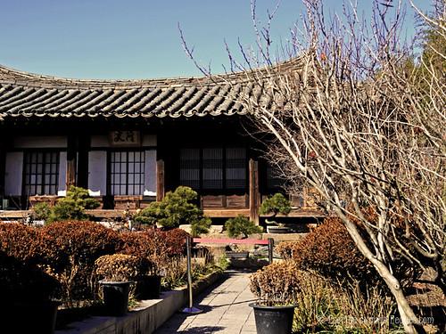 Casa típica de Corea del Sur construida en madera, pizarra y con jardín zen, en Gyeongju