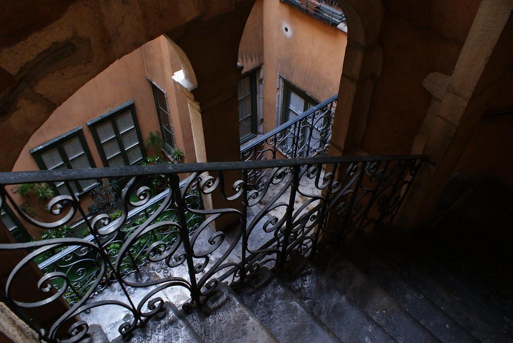 Escalier et belle rambarde de fer forgé dans le Vieux Lyon.