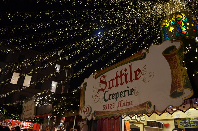 Mainz Weihnachtsmarkt creperie and lights