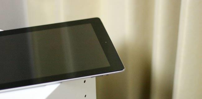 机の角に無造作にiPadを置くのはヤバイよ