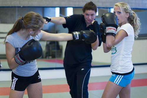 Zelfverdedigingslessen voor meiden door jongerenwerker