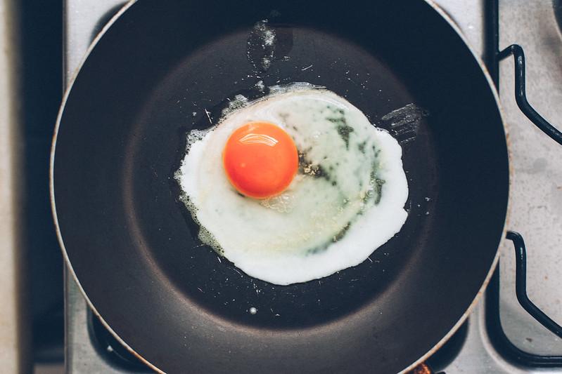 Torrada com Abacate e Ovos Mexidos