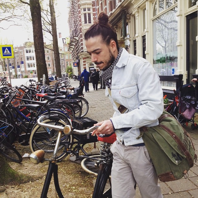 And another bike going for a walk! see more on our blog amsterdamcyclechic.com #velo #bike #bikeams #cyclechic