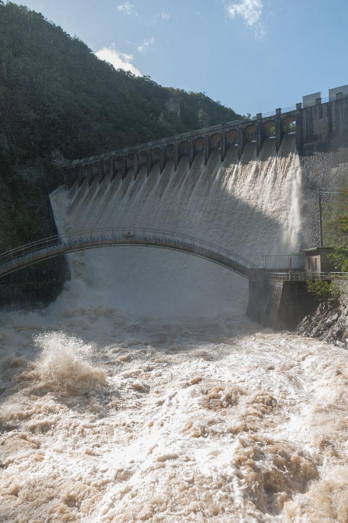 千苅ダムと濁流